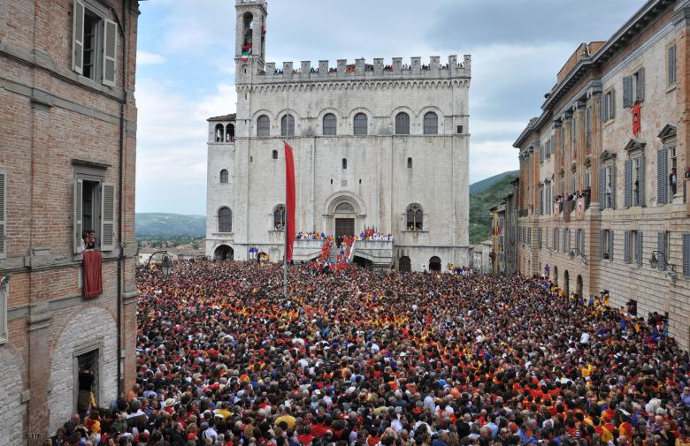 La Festa dei Ceri in Gubbio, Piazza del Comune filled with crowd
