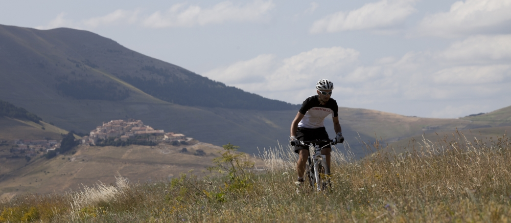 In mountain bike a Castelluccio di Norcia